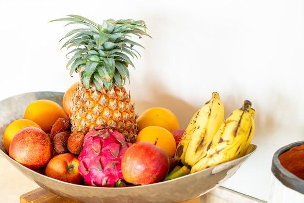 Misture frutas na bandeja Foto Premium