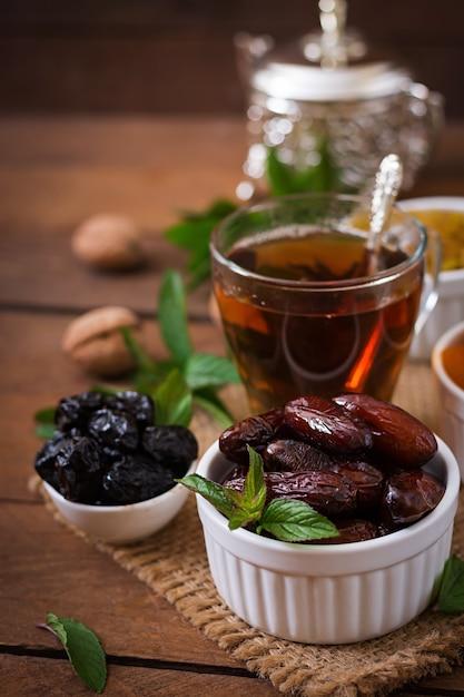 Misture frutas secas (tâmaras, ameixas, damascos, passas) e nozes e chá árabe tradicional. comida do ramadã (ramazan). Foto gratuita