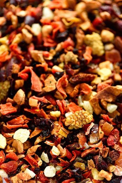 Misture karkade de chá com frutas secas e flores. chá de frutas e textura. vista do topo. comida. folhas ervais saudáveis orgânicas, chá da desintoxicação. Foto Premium