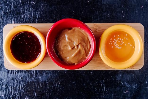 Misture molhos geléia de morango leite condensado mel vista superior Foto gratuita