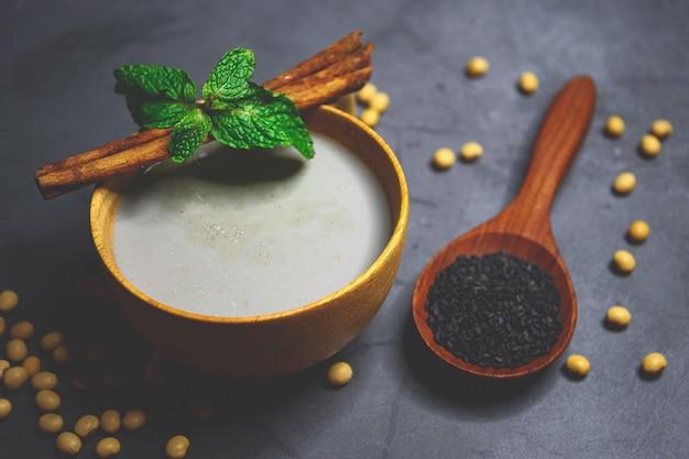 Misture o leite de soja com gergelim preto com sementes de soja e gergelim preto Foto Premium