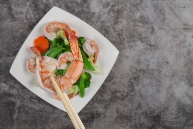 Misture os legumes fritos com camarão. Foto gratuita
