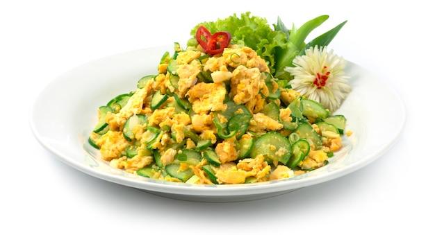 Misture ovo frito com pimenta de pepino e comida tailandesa Foto Premium