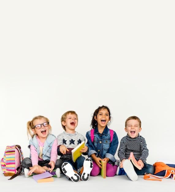 Miúdos bonitos prontos para a escola Foto Premium