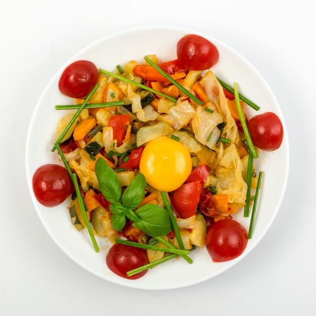 Mix de legumes fritos em um prato branco Foto Premium