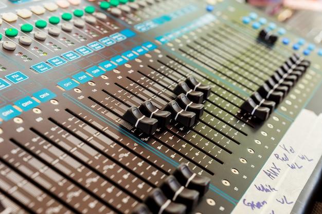 Mix de som profissional console. Foto Premium