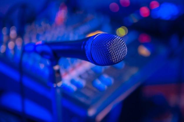 Mixer de áudio do microfone desfocado Foto Premium
