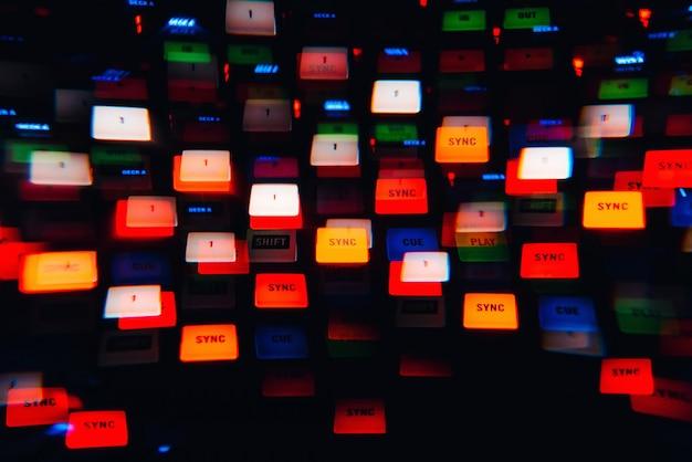 Mixer de dj em uma boate com luzes coloridas brilhantes de controladores e botões Foto Premium