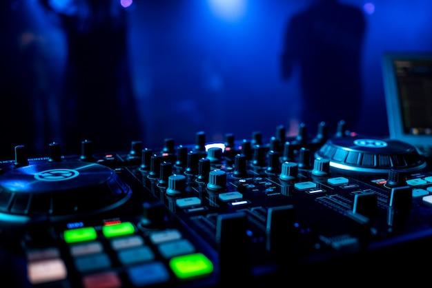 Mixer de música profissional para dj em uma boate com botões Foto Premium