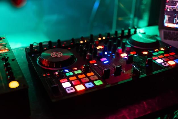 Mixer profissional board dj para mixagem e mixagem de música club na festa com botões e níveis de volume Foto Premium