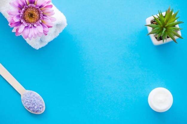 Moagem de sal do mar na luz de madeira - colher de madeira da tabela gasto azul. fundo Foto Premium