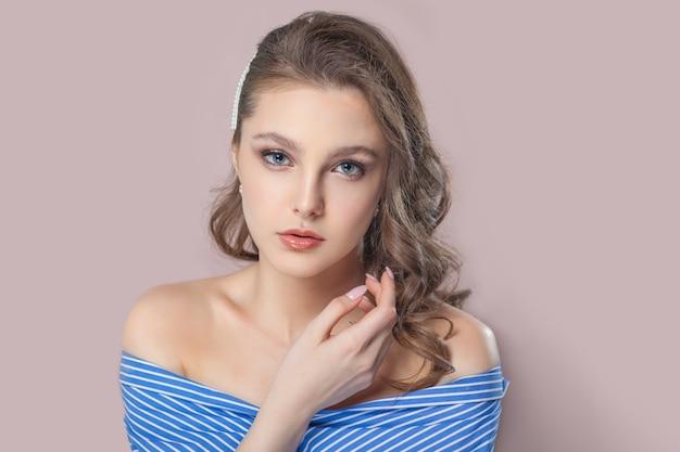 Moça bonita na camisola azul Foto Premium
