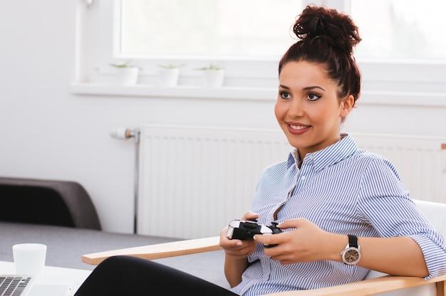 Moça bonita que joga jogos video Foto Premium