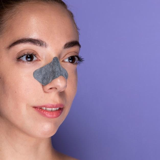 Moça com curativo no nariz Foto gratuita
