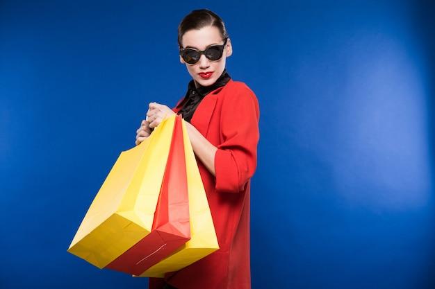 Moça com pacotes Foto Premium