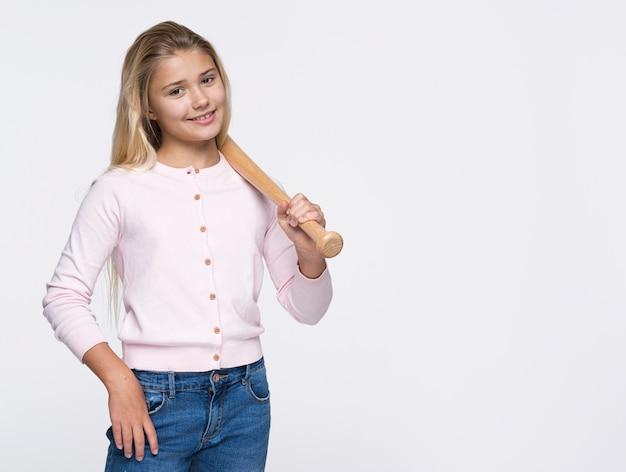Moça com taco de beisebol Foto gratuita