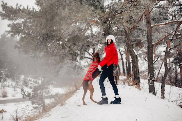 Moça em um parque do inverno Foto gratuita