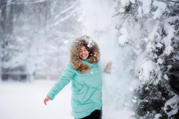 Moça na floresta do inverno Foto Premium