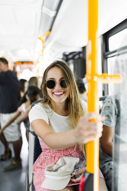 Moça no ônibus Foto gratuita