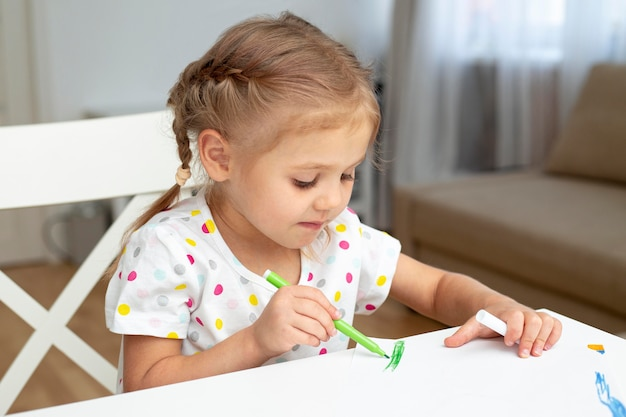 Moça que desenha em casa Foto gratuita