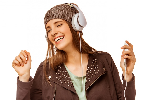 Moça que escuta a música com fones de ouvido. Foto Premium