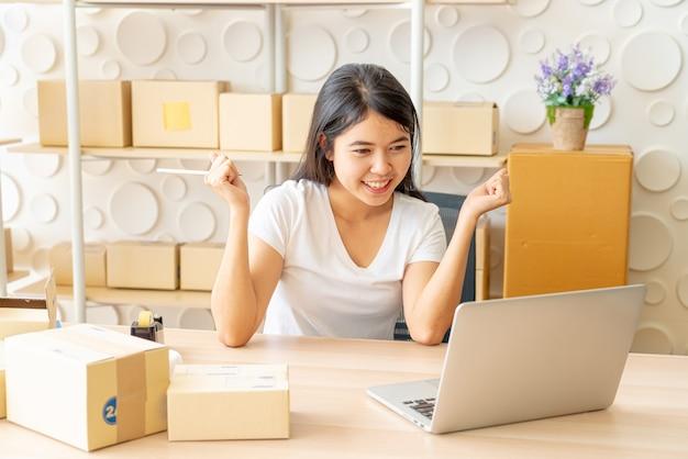 Moças felizes após novo pedido do cliente, empresário em casa Foto Premium