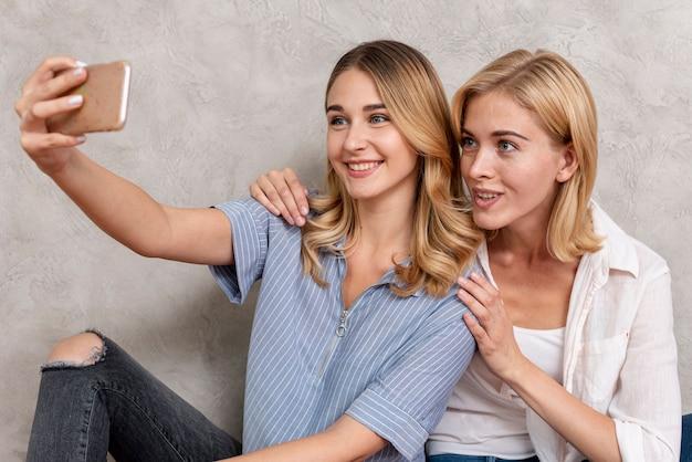 Moças tomando uma selfie juntos Foto gratuita