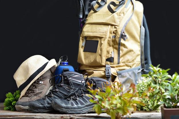 Mochila de caminhadas com botas de montanha Foto Premium