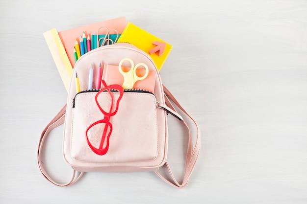 Mochila de estudante e vários materiais de escola. Foto Premium