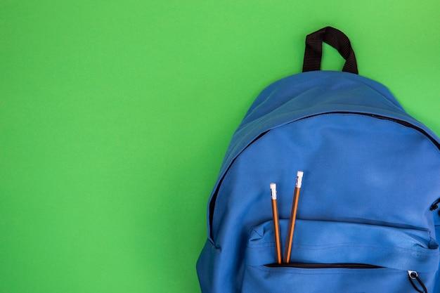 Mochila escolar azul com lápis Foto gratuita