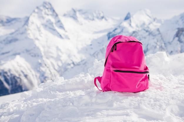 Mochila rosa nas montanhas nevadas. Foto Premium