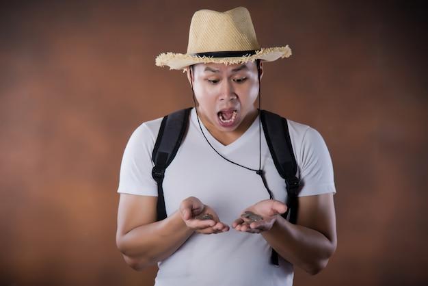 Mochileiro asiático novo da viagem com saco e chapéu Foto gratuita