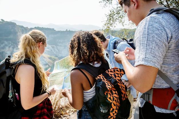 Mochileiros em uma aventura Foto gratuita