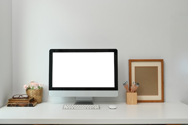 Mock-se do pc do computador em branco na mesa na mesa branca na moderna sala de estar. Foto Premium