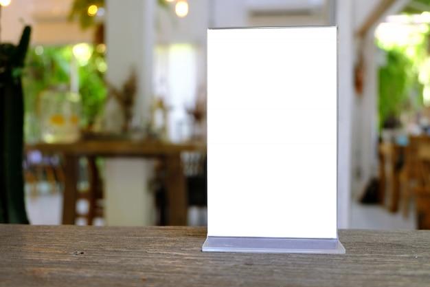 Mock-se quadro de menu de pé na mesa de madeira no bar restaurante café Foto Premium