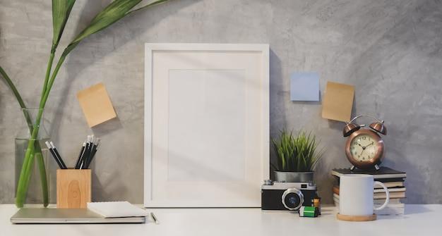 Mock-se quadro e copie o espaço com material de escritório Foto Premium