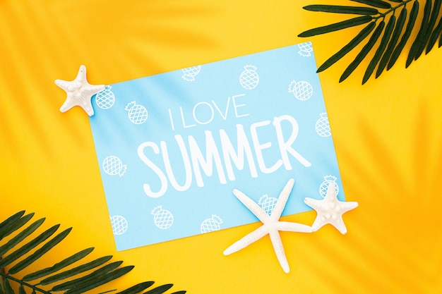 Mock up design em uma imagem de conceito de verão com folhas de palmeira e estrela do mar sobre fundo amarelo Foto gratuita