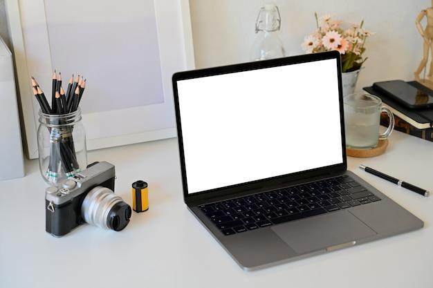 Mock up laptop na mesa branca, espaço de trabalho criativo Foto Premium