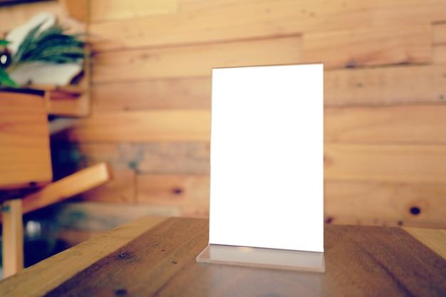 Mock up menu frame de pé na mesa de madeira no bar restaurant cafe Foto Premium