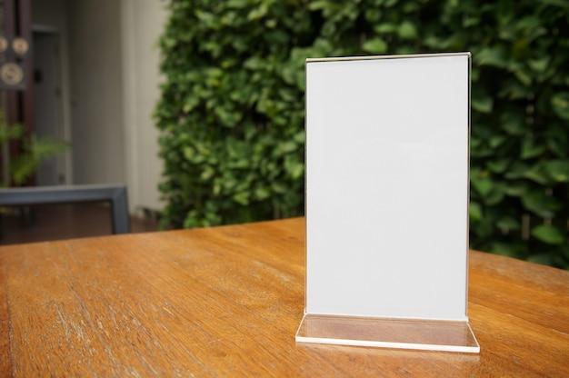 Mock up menu frame de pé na mesa de madeira no bar restaurante cafe. espaço para texto. montagem de exibição de produtos Foto Premium