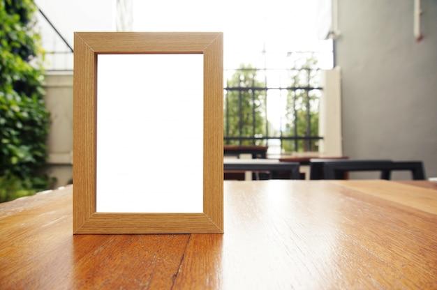 Mock up menu frame de pé na mesa de madeira no bar restaurante cafe. espaço para texto. Foto Premium