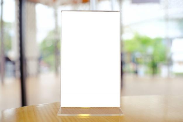 Mock up menu frame de pé na mesa de madeira no bar restaurante cafe. espaço para texto Foto Premium