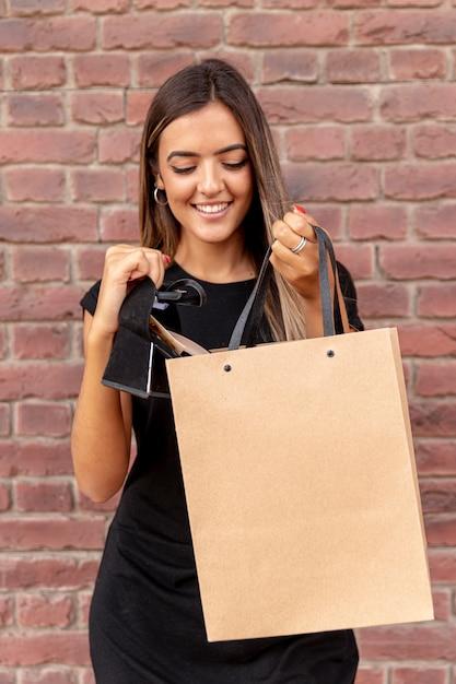 Mock-up sacola transportada por jovem Foto gratuita