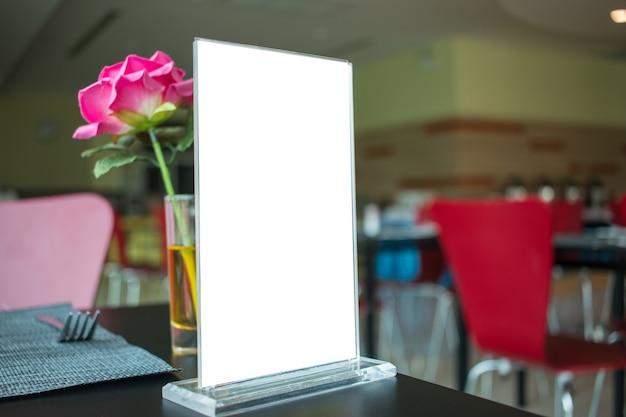 Mock up white etiqueta para moldura de menu em branco no restaurante Foto Premium