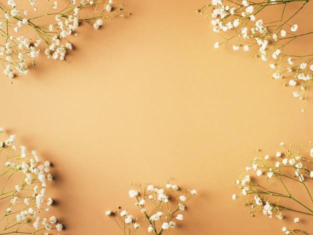 Moda bege, flores plano colocar fundo Foto Premium