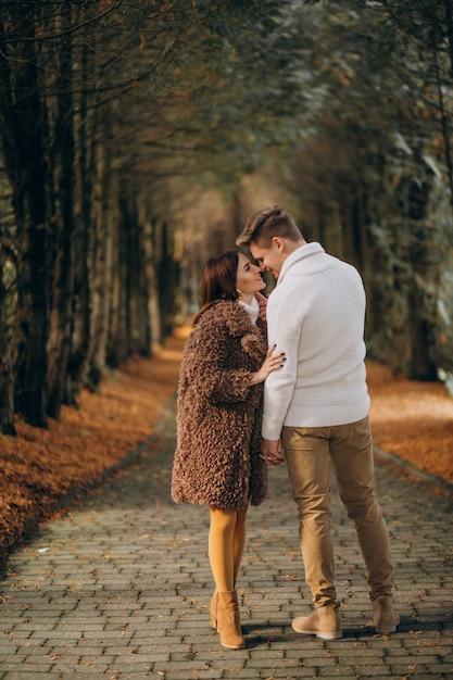 Moda casal juntos caminhando no parque Foto gratuita