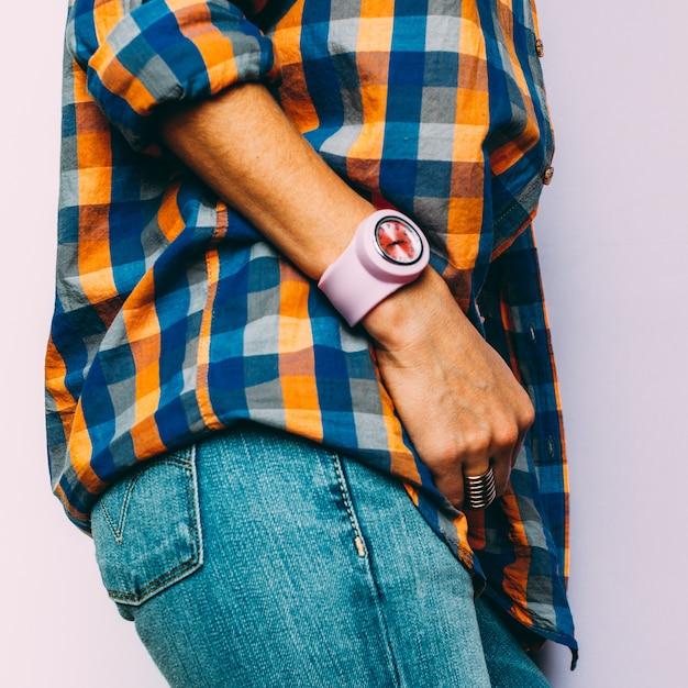 Moda de estilo country verão. acessórios. jóias, relógios, jeans azul clássico, camisa xadrez Foto Premium