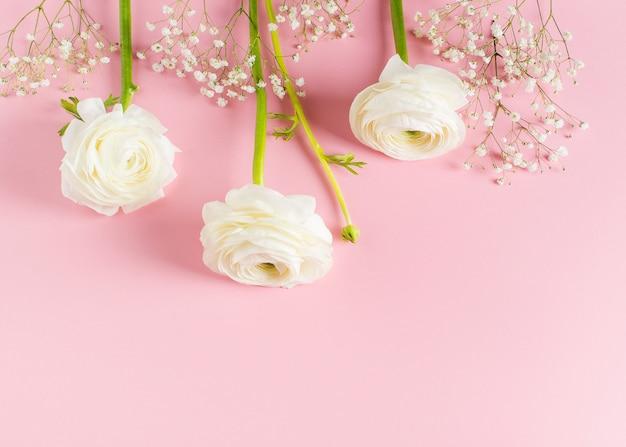 Moda-de-rosa, flores planas leigos fundo Foto Premium