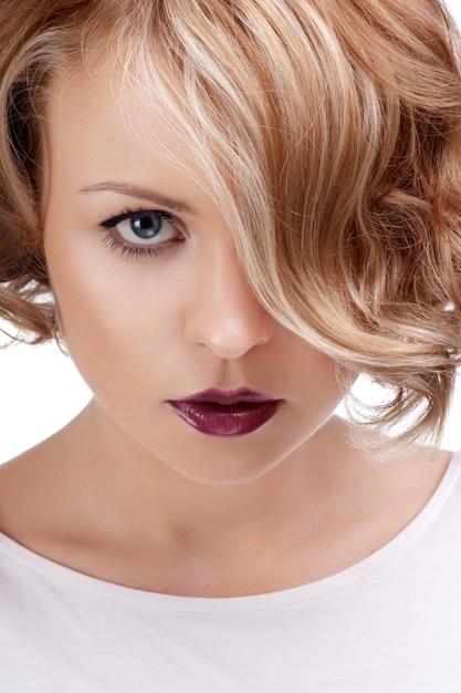 Moda fechar o retrato de uma mulher bonita com lábios vermelhos. Foto Premium