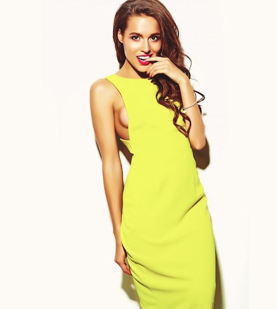 Moda glamour elegante modelo mulher jovem e bonita com lábios vermelhos no verão amarelo vestido brilhante isolado no branco Foto gratuita